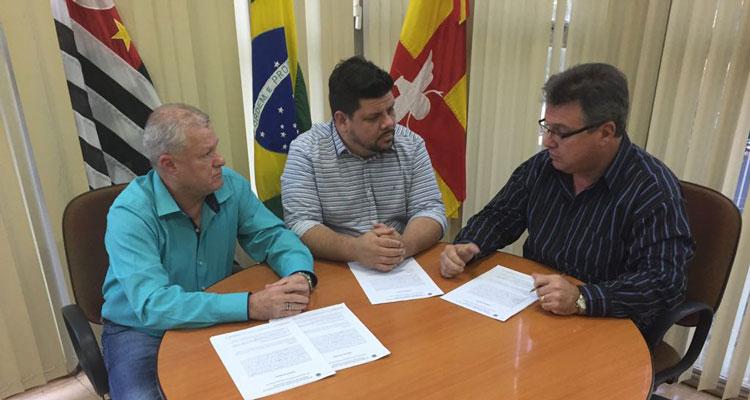 Prefeito assina contrato emergencial para solucionar problemas com lixo