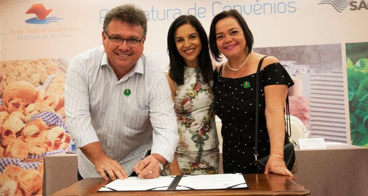 """O prefeito Fábio Zuza e a presidente do Fundo Social, Nilta Zuza, assinaram nesta quarta-feira (19) um convênio com o Governo do Estado para o projeto """"Escola de Moda""""."""