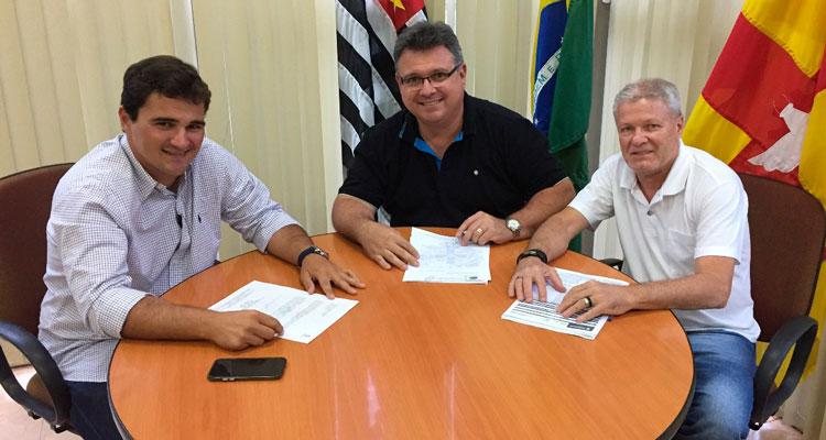 Fábio Zuza assina contrato para recapear Centro de Lazer e área em frente ao Ginásio de Esportes