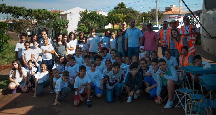 Plantio de mudas reúne crianças da rede pública de ensino