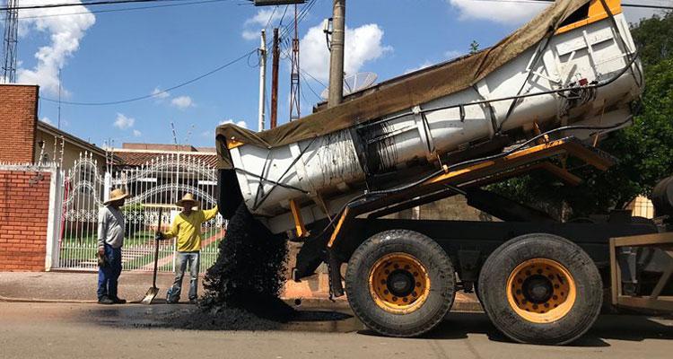 Operação tapa-buracos segue pelas ruas da cidade