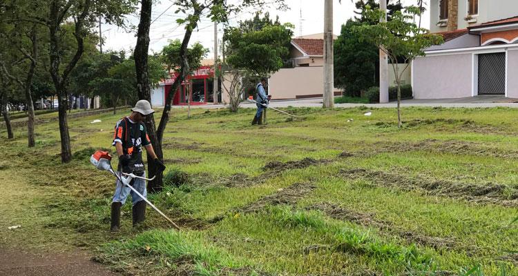 Prefeitura faz roçagem e limpeza de áreas públicas