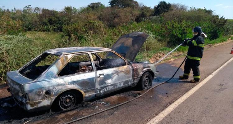 Carro pega fogo na SP-151