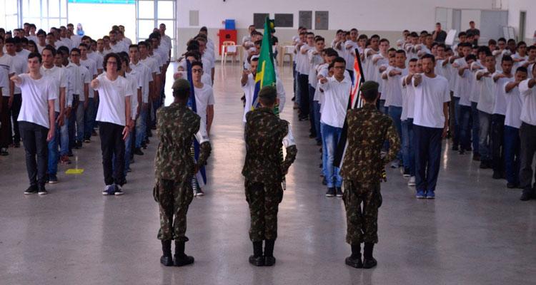 Jovens participam de compromisso à bandeira