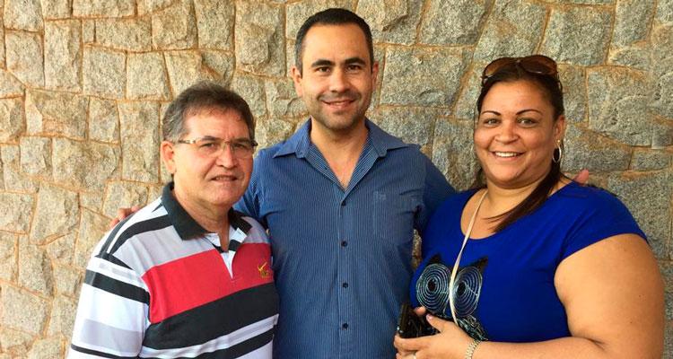 Município homenageia profissionais cubanos; Messias anuncia reposição