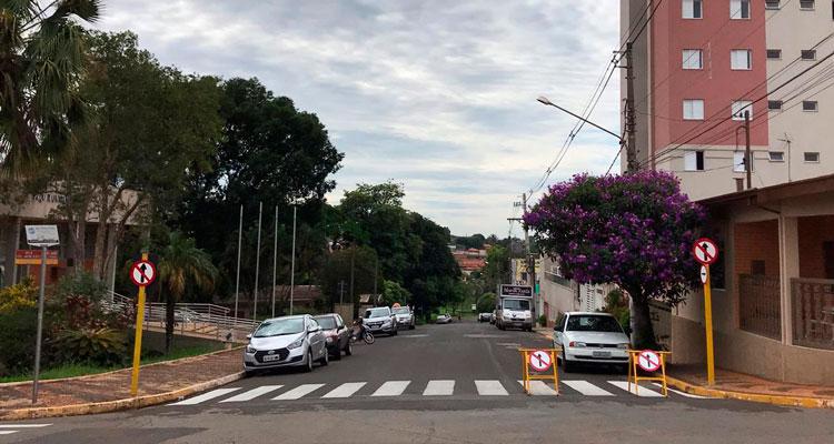 Rua em frente à Prefeitura tornou-se mão única